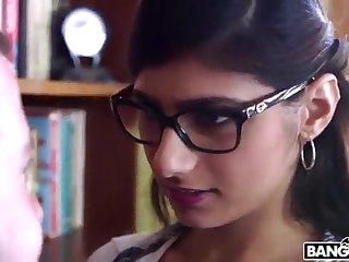 BANGBROS - Mia Khalifa is Nearby and Sexier Than Ever! Stoppage In the chips Out!