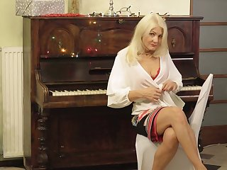Sexy cougar Sylvie gets vacant and touches her old insatiable snatch