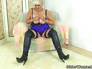 English gilf Christina X fucks ourselves close to a dildo